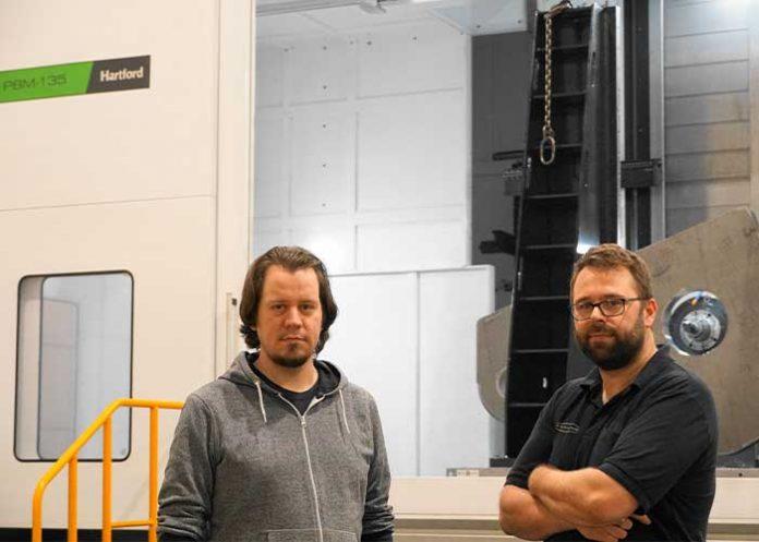 """Speciaal op verzoek van PTS Machinery heeft Hartford de kotterbank helemaal omkast. Ook aan de bovenkant. """"We willen dat de spanen en het koelwater in de machine blijven, zodat we een veilige en schone werkomgeving houden"""", zegt Hans van den Brande (links), samen met operator Paul Soulimans."""
