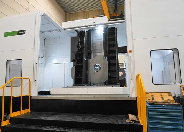 De Hartford PBM135 heeft een werkbereik van 3000 bij 2500 mm met daarbij nog een kolomverplaatsing van 1500 mm in de Z-richting. De draaitafel afmetingen zijn 2000x1800 en de maximale tafelbelasting bedraagt 15 ton.