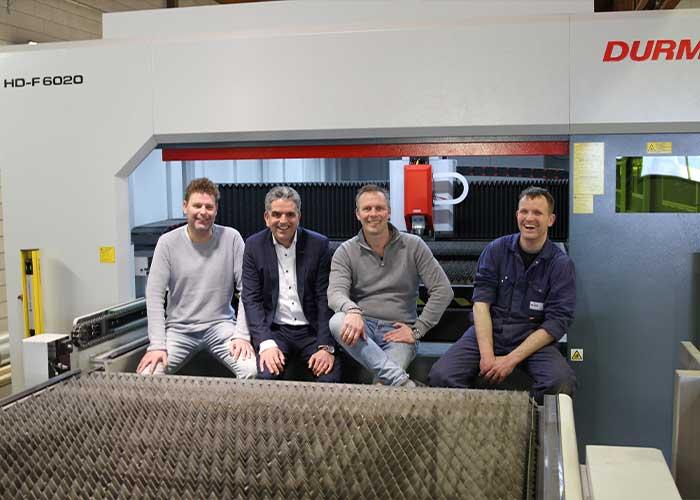 Wiebe Oosterbaan, Marco Mans (Tuwi), Gerard Mulder en Douwe Postma. De Durma fiberlaser snijdt sneller en heeft meer continuïteit in het productieproces van MachineFabriek Bolsward gebracht.