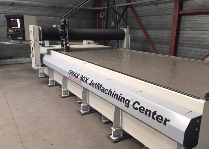 De waterstraalsnijmachine heeft een groot bed van 4000 x 2000 mm.