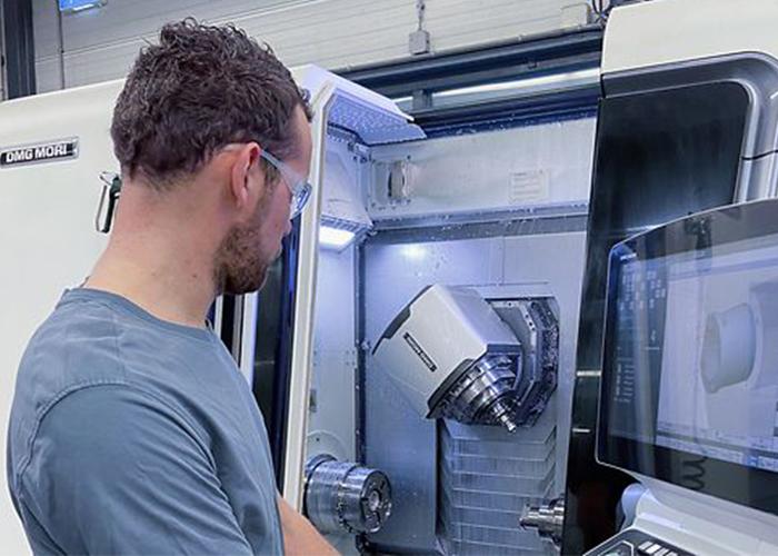 Machine operator Peter Voorsluis produceert medische instrumenten en onderdelen voor röntgen buizen op de CTX beta 800 TC.
