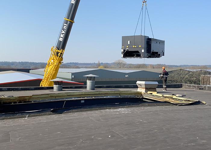 Omdat de plaatlaser op de eerste verdieping bij ERBA moest komen te staan, was er veel voorbereiding nodig. Het dak werd gelift en de laser werd zo'n 50 meter over het gebouw getild met een grote kraanwagen. (Foto: Bureau Sterk Staal)
