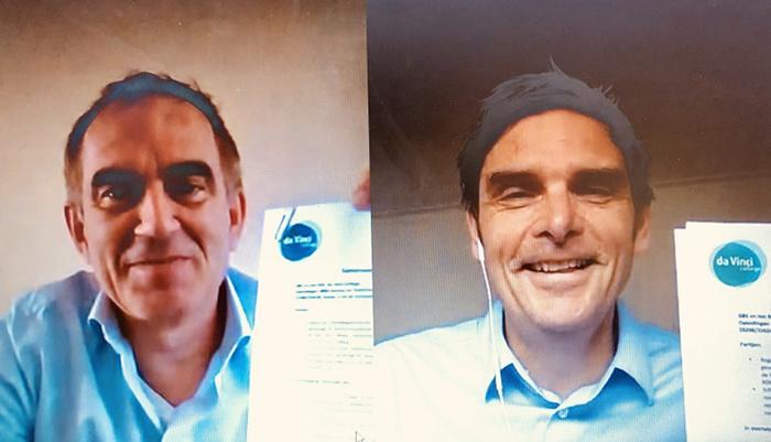 Alber van Ekeren, directeur GBS, en Marc Meijer (rechts), sectordirecteur Techniek & Media bij Da Vinci College ondertekenen, geheel in lijn met 1,5 meter afstand regel, de samenwerkingsovereenkomst online.
