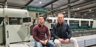 Paul Veenhoff (rechts), coördinator Special Products, en project manager Mischa Polak. Ze zorgen er voor dat de profiellaser extra gaten in de profielen maakt als dat nodig is.