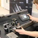 Uitvoering van een parallelliteitsmeting met het XK10 lasersysteem voor uitlijning.
