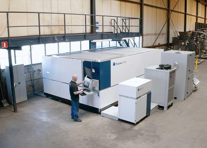 De 8 kW fiberlasersnijmachine van Trumpf staat tijdelijk in de bestaande fabriek maar verhuist straks naar de nieuwbouw. Daar komt tevens een geautomatiseerd magazijn met twee torens en vijftig plaatposities.