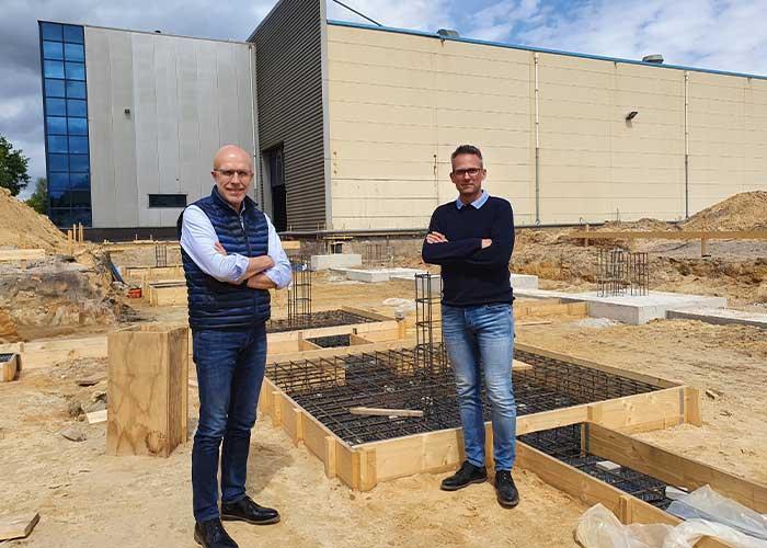 Henk Landeweerd (links) en Erwin Horst op de bouwplaats. Hier verrijzen binnenkort nieuwe kantoren en 2500 vierkante meter extra productieruimte.