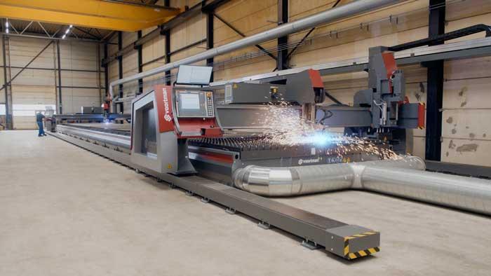 De Voortman plasmasnijmachine is uitgerust met twee CNC-gestuurde plasma snijportalen, die allebei zijn voorzien van 3D bevelhead snijtoortsen. Eén portaal beschikt bovendien over een boor & tap unit.