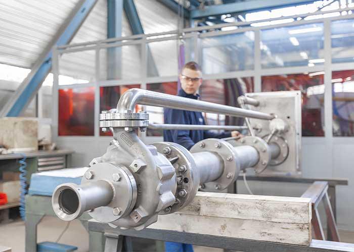 Egger produceert bijna alle onderdelen van de industriële vloeistofpompen zelf op diverse Europese locaties.