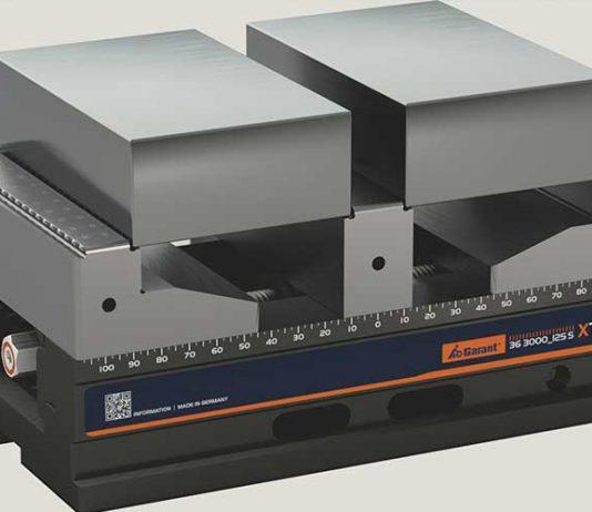 De centrische machineklem GARANT Xtric met middenbek kan twee bewerkte of onbewerkte delen spannen. Voorindrukken is niet nodig.