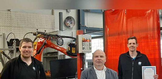 Harald Eilander (rechts) en Bob Wagenvoort (links), allebei als docent werkzaam voor AT Techniek Opleidingen in Terborg, hebben hun diploma ontvangen uit handen van LAC-directeur Ard Hofmeijer (midden). De derde geslaagde docent is Eddy ter Beest. Hij ontving zijn diploma bij SMEOT.