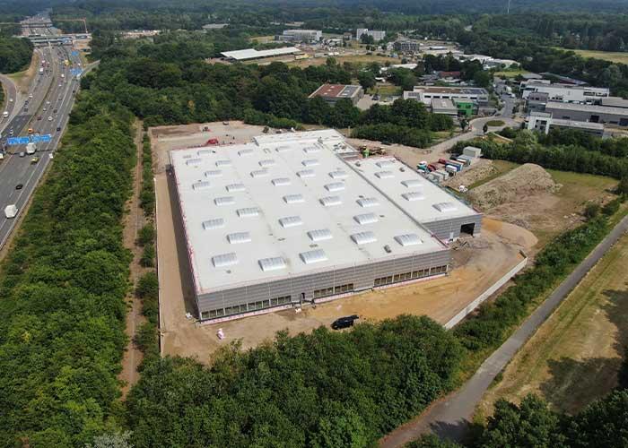 De bouw van de nieuwe productiefaciliteit in Hilden schiet lekker op: Het gebouw staat en de betonvloer in de hallen is gestort.
