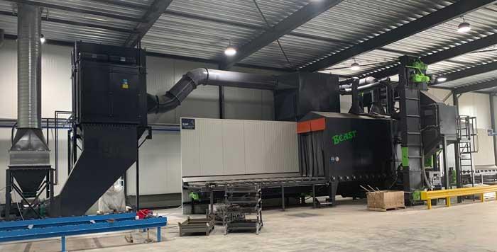 De werpstraalmachine heeft een doorvoerbreedte van 1600 mm en een voor een rollenbaan-straalmachine bijzonder hoge doorvoerhoogte van 2540 mm.