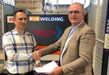 Karel van Vlastuin (links), directeur RobWelding, en Martien Kats, directeur bij Stichting Vakopleidingen Metaal West-Brabant, bezegelen hun samenwerking.