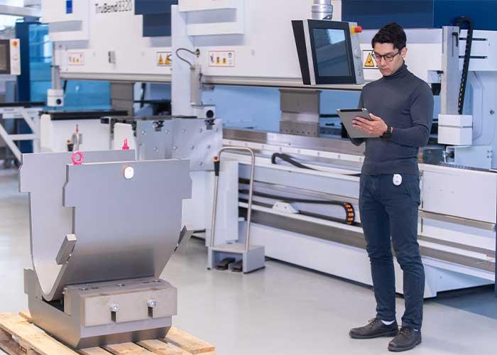 Een medewerker vindt met hulp van omlox een werkstuk op een pallet. De standaard maakt het mogelijk plaatsbepalingstechnieken en producten van verschillende producenten te combineren.