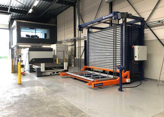 Het Compact platenmagazijn staat bij Bronsco pal naast de lasersnijmachine. Met de vacuümheffer of de bovenloopkraan leggen de medewerkers de platen eenvoudig op de laser.