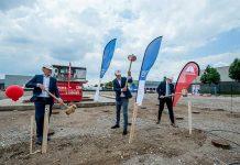 V.l.n.r. Yves Kerstens, president Axalta EMEA, Freek Boeijen, directeur van Focus Vastgoed en Ben Brink, wethouder van Tiel, slaan de eerste paal.
