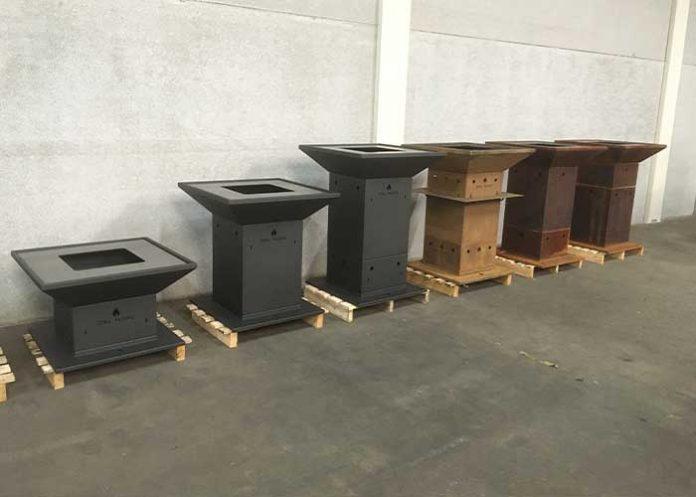 De multifunctionele vuurkorf/barbecue is modulair opgebouwd en in drie standaard uitvoeringen en drie uitstralingen verkrijgbaar: in blanke CorTen uitvoering, geroest Corten en in hittebestendige kachellak.