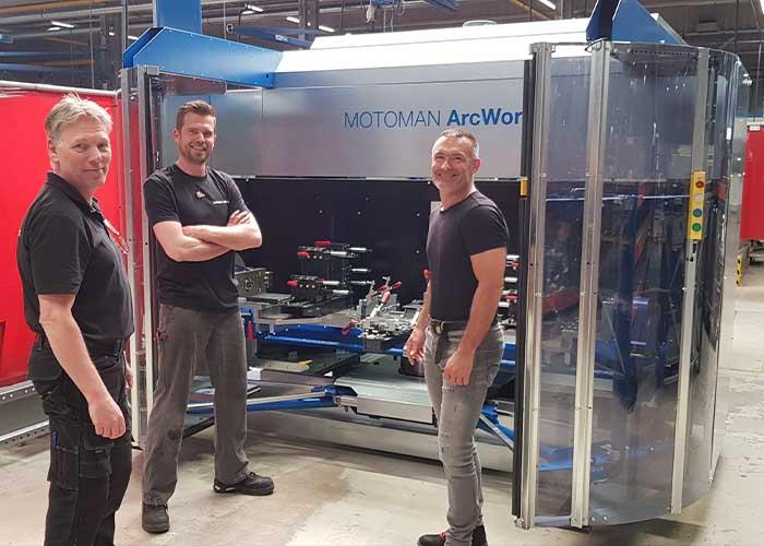 V.l.n.r. Marck Schenk, coördinator productie, Rob Haman, programmeur en operator, en Mark Spijkers, manager Operations, bij de jongste aanwinst, de ArcWorld robot lascel.