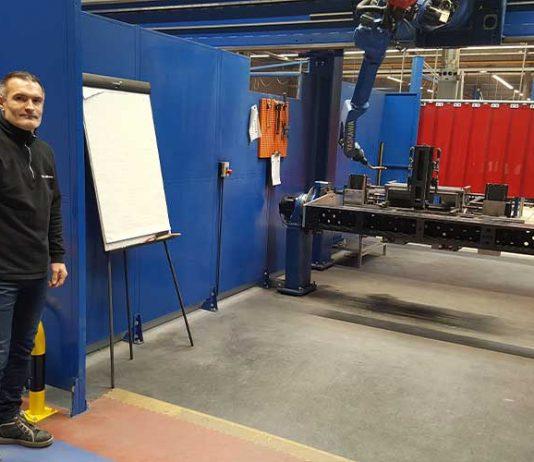 Mark Spijkers bij het eerste lasrobot portaal.
