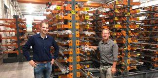 Gijs van Gestel (links), sales buitendienst, en Hans Kuipers, bedrijfsleider, bij het titanium dat Matrho Metals op voorraad heeft genomen.