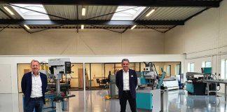 Menne Engelfriet (links) en Marco Mans in de nieuwe showroom in Moerdijk. De kleinere machines staan al demogereed opgesteld, binnenkort arriveren ook de grote machines.