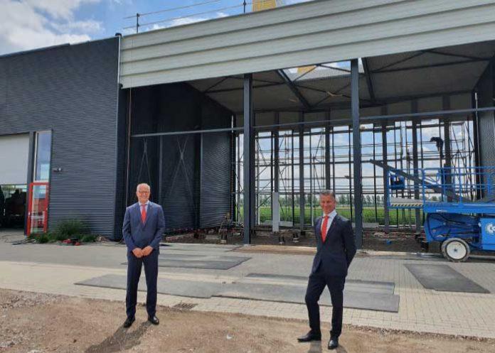 """Marco de Jong (rechts) en Hans van de Meerakker bij het aanbouw zijnde Experience Center, dat ook een opleidingsfunctie krijgt. """"Opleiden is superbelangrijk. Een machine in goede staat van onderhoud bediend door een getrainde en gecertificeerde operator, is productiever, levert hogere kwaliteit van de producten en werkt efficiencyverhogend."""