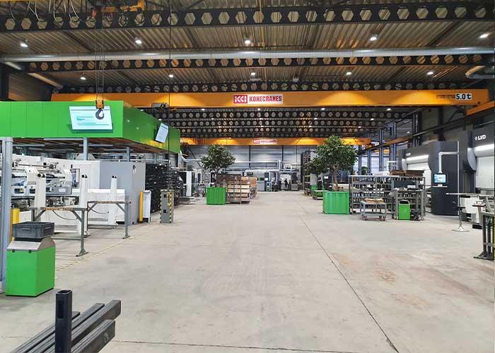 De productieruimte biedt een rustige en opgeruimde aanblik. Driessen werkt papierloos. Op alle afdelingen staan beeldschermen en centraal in de productieruimte bevinden zich schermen waarop iedereen de dagplanning kan zien en hoever deze is gevorderd.