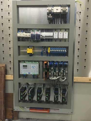 De nieuwe binnenplaat van een elektrokast voor een kantbank met acht assen. Deze is in de werkplaats van Holtech helemaal opgebouwd met nieuwe componenten.