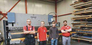 Het team van Yaro Afwerk- en Zetprofielen bij de geretrofitte Safan kantbank. De metaalzetterij, die voornamelijk werk voor MSP Dak en Wand doet, staat onder leiding van Yarick Lap (tweede van rechts).