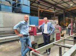 Wytze Anema van WIFO (links) en Marco Toebes van Behringer-importeur Promatt bij de nieuwe volautomatische Eisele PSU 450 M verstek-cirkelzaagmachine.