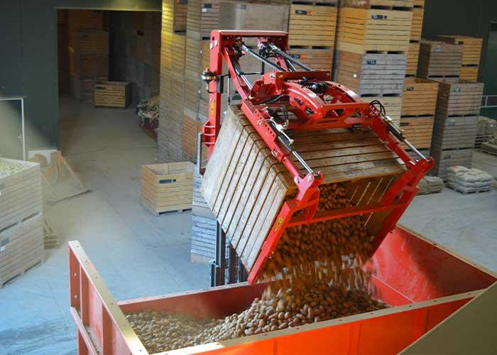 WIFO is een begrip op het gebied van landbouw- (vooral akkerbouw) en voorzetapparatuur. Alle producten, zoals deze WIFO K95 vooroverkantelaar, worden in eigen huis ontwikkeld en geproduceerd.