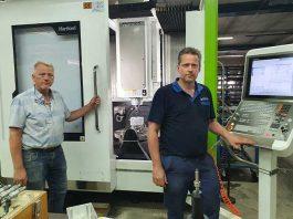"""Directeur-eigenaar Han Wildenborg (links) van WIHA en werkplaatschef Stefan Mentink. """"De Hartford 5A 65EF is een complete machine. Alles wat je er op wilt hebben, zit er op."""""""