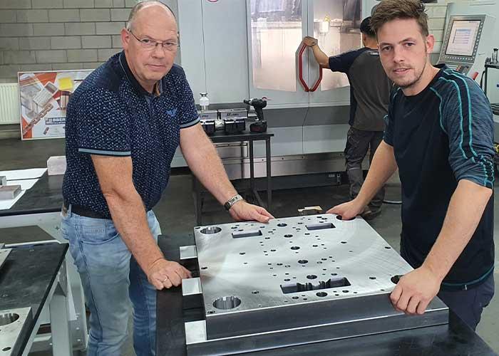 Luuk Ebbers (links) en Herralt Ebbers bij een stempel in productie. Mede door de ontwerpsoftware VISI en de programmeersoftware Edgecam worden er vrijwel geen fouten meer gemaakt en is de doorlooptijd van stempels sterk verkort - Stempelbouw
