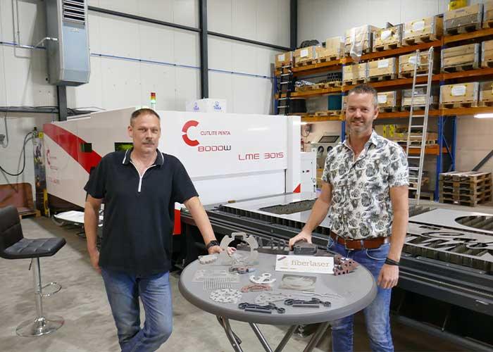 Wilko Ketelaar (links) en Jeffrey Datema bij de 8 kW fiberlaser LME van Cutlite Penta, die demogereed staat opgesteld in het nieuwe bedrijfspand van Fiber Laser Benelux in Ede.