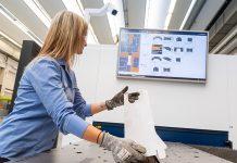 Het ondersteuningssysteem Sorting Guide helpt medewerkers bij het uitsorteren van lasergesneden plaatdelen. De KI-oplossing herkent de voortgang van het uitsorteerproces en geeft de medewerker automatisch alle nodige informatie voor de interne logistiek.