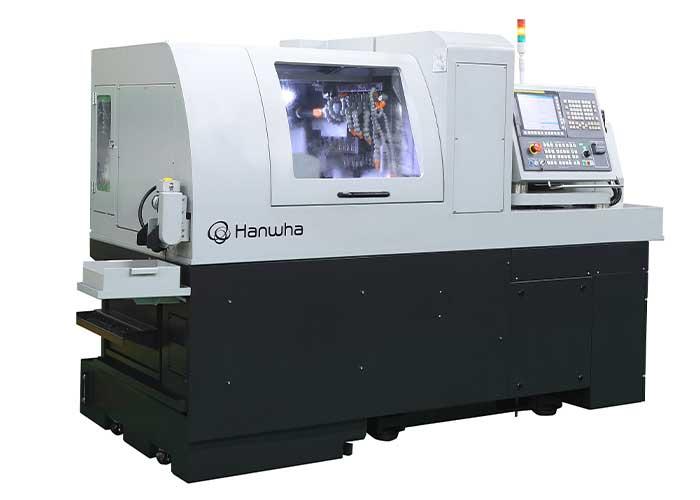 De nieuwe Hanwha XD26II-V is een langdraaimachine voor de productie van kleine complexe onderdelen.