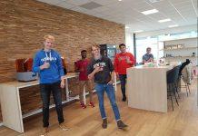 De studenten bij de 3D printers van Layertec. De cursus gaf hen een goed inzicht in de mogelijkheden van 3D printing.