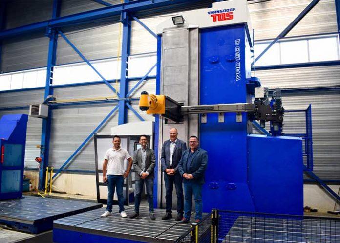 V.l.n.r.: Sander Jacobse en Marco Jacobse (Hillebrand), Günter Brod (Strojimport) en Arno van den Bisen (Limas) op de draaitafel van de nieuwe TOS Varnsdorf WRD 150 kotterbank (foto's: Tim Wentink)