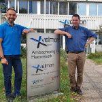 Michael Versluis (links) en Bert van der Velden bij de hoofdingang van het bedrijfspand in Heemskerk. Velmon Maintenance Piping & Construction, Velmon Service en Revisie en Stoxon Machines opereren alle drie vanuit deze locatie.
