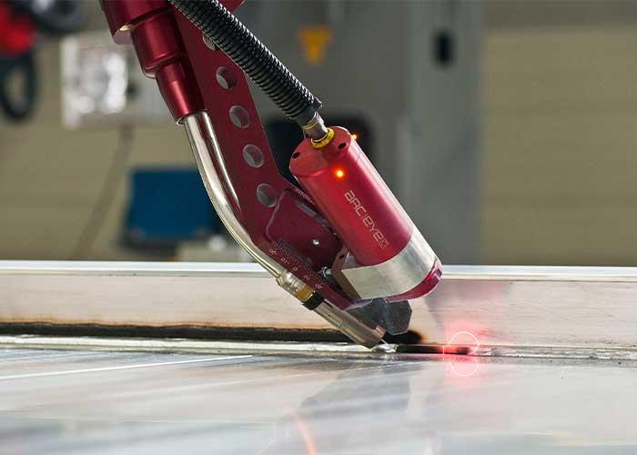 Verder bouwend op de Arc-Eye CSS laser camera heeft Valk Welding een plug-in ontwikkeld voor deze camera waarbij de lasrobot de lasparameters real time tijdens het lassen kan aanpassen.