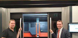 Harrie Renders (links) en Joris Meesters van Bystronic Benelux bij de nieuwe BySmart Fiber. Renders Metaal is het eerste bedrijf in de Benelux dat over dit nieuwe model van Bystronic voor het snijden van grootformaat platen van 4000x2000 mm beschikt.