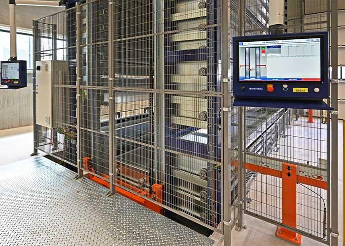 De Rooy gebruikt de ene zijde voor het inladen van het materiaal en de andere zijde voor het uitladen. Aan beide zijden zit een besturing, waardoor alles wat er in en uit het magazijn gaat, direct wordt geregistreerd.