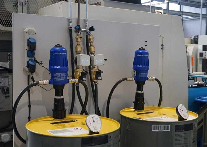 Het bijvullen gebeurt met een vooraf gemengd mengsel van water en koelemulsie.