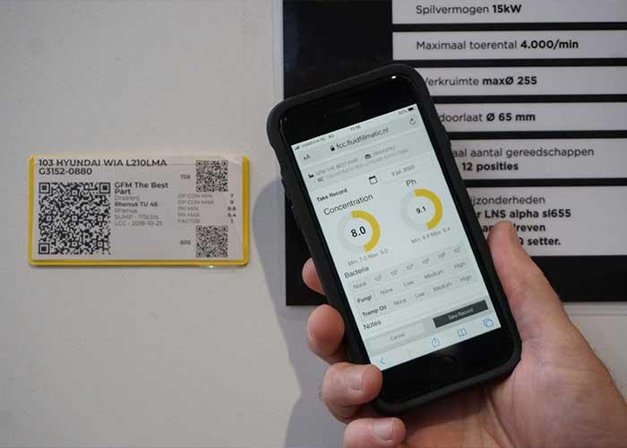 Door met de smartphone de QR-code op een machine te scannen, krijgen operators direct toegang tot de meetdata van deze machine, inclusief de veiligheidsbladen.