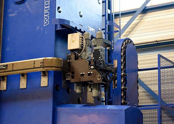 Hillebrand heeft de WRD 150 uitgerust met een automatisch kettingmagazijn met ruimte voor 40 gereedschappen