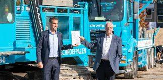 Jan van Walraven en Johan Spronk, bestuurders van het MAKE Center, bij de freesmachine, die de heipalen voor de nieuwbouw in de grond heeft gefreesd. (Foto: MichielTon)