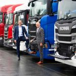 Johan Uhlin (links) en Janko van der Baan van Scania zijn zeer te spreken over de ondersteuning door de overheid. Scania heeft tijdens de eerste NOW-regeling in totaal € 7 miljoen ondersteuning gekregen. Een tweede ronde is echter niet aangevraagd.