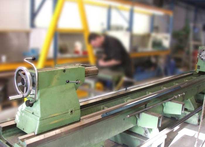 De monteurs van Velmon Service en Revisie lossen storingen op en doen periodiek onderhoud aan machines, zowel elektrisch als mechanisch.