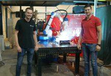 Gijs Jobse (rechts), bedrijfsleider van Claessen Staalwerken & Van Boesschoten in Breda, en Tim van Meer, technisch manager van RoboFlex, leverancier van de Weld4You Yaskawa cobotunit.